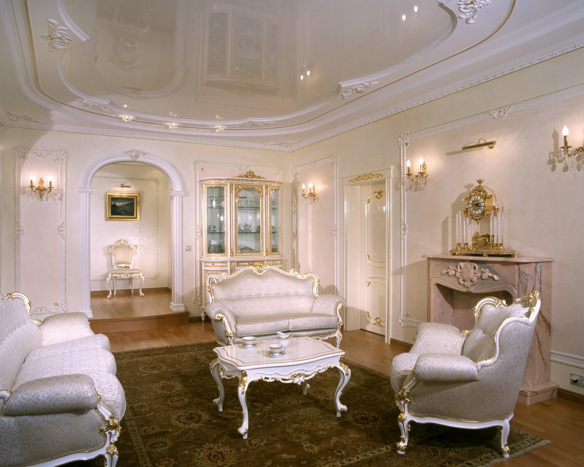 Дизайн комнаты с камином в классическом стиле