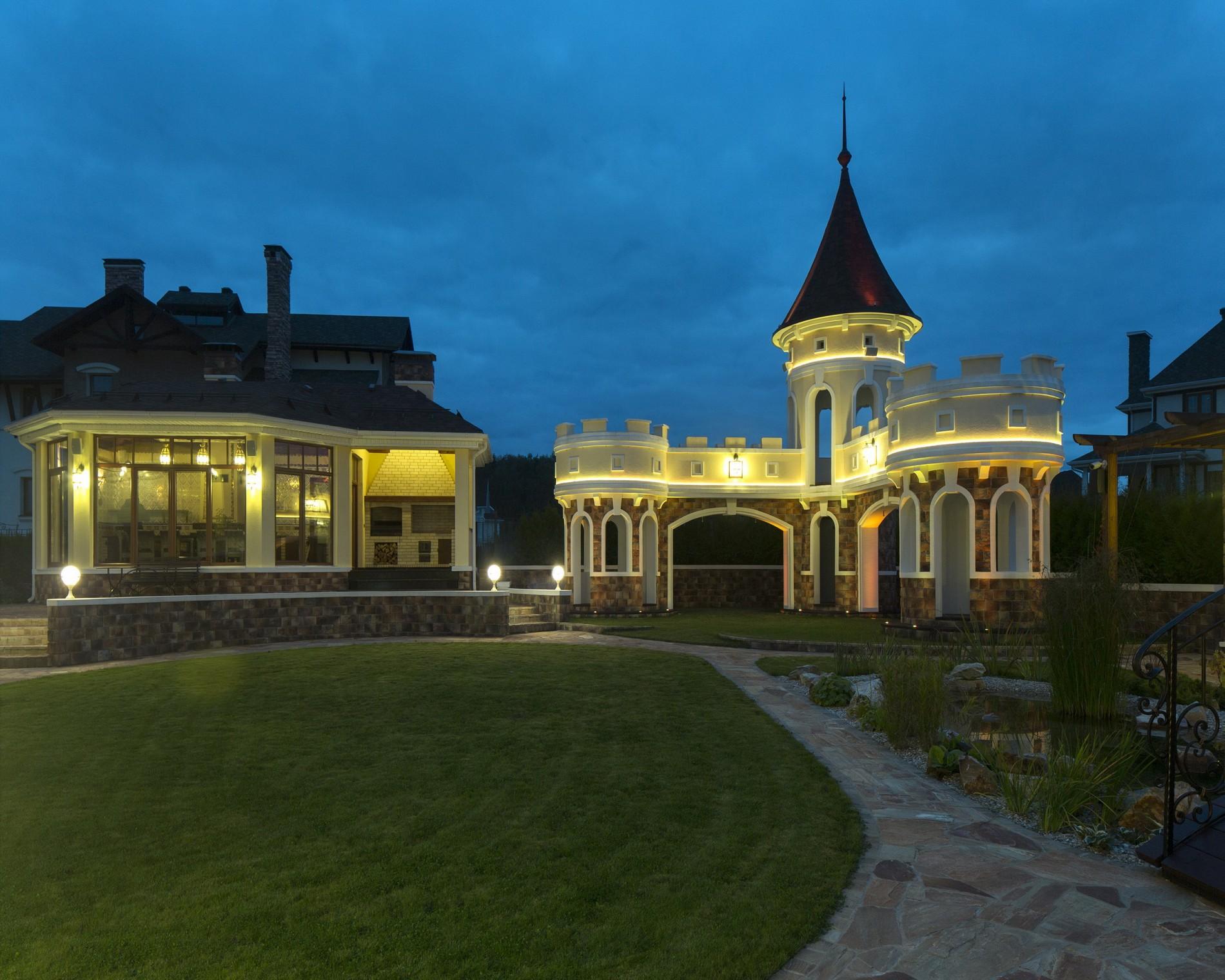 Диодная подсветка фасада загородного дома