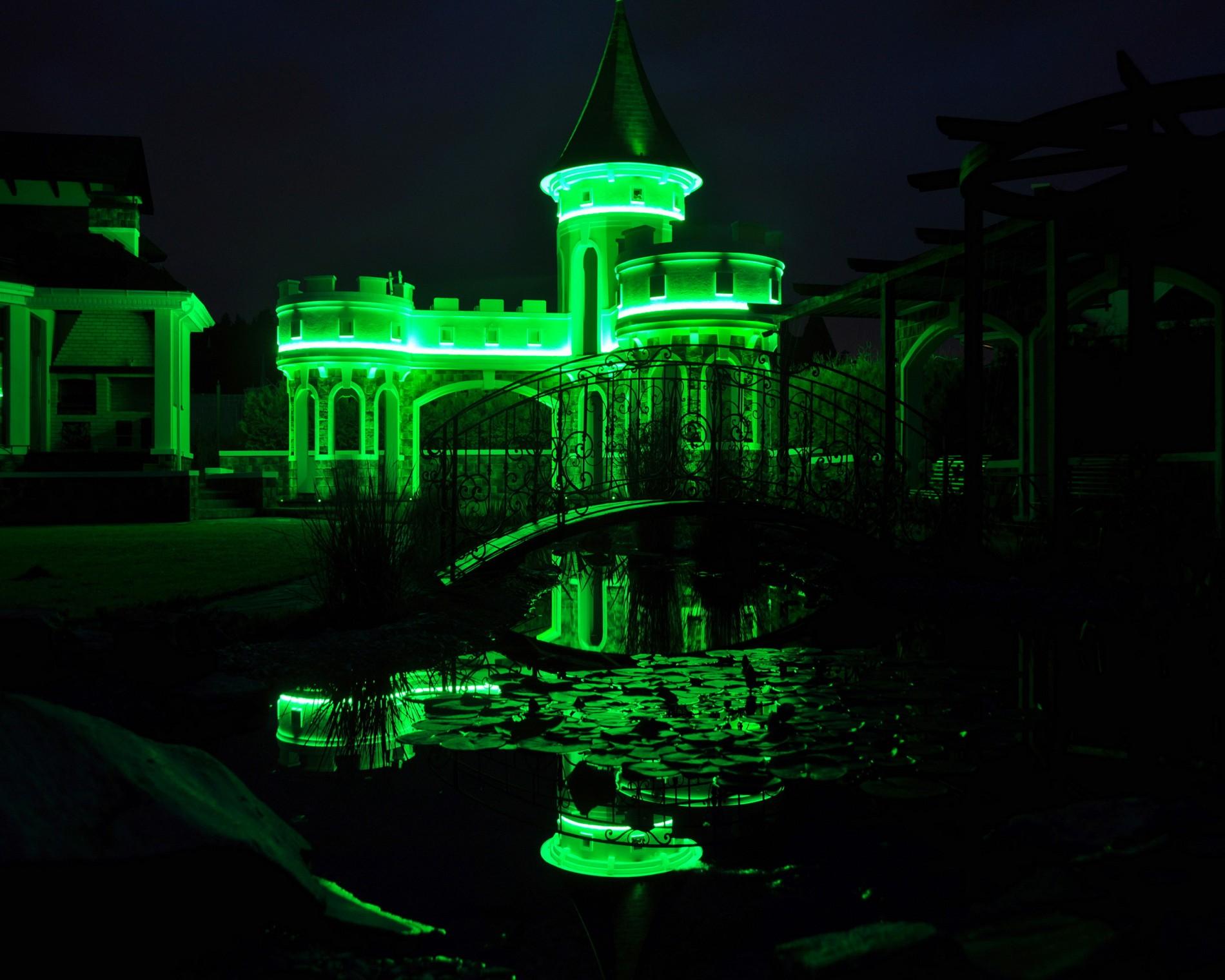Зеленая led подсветка здания