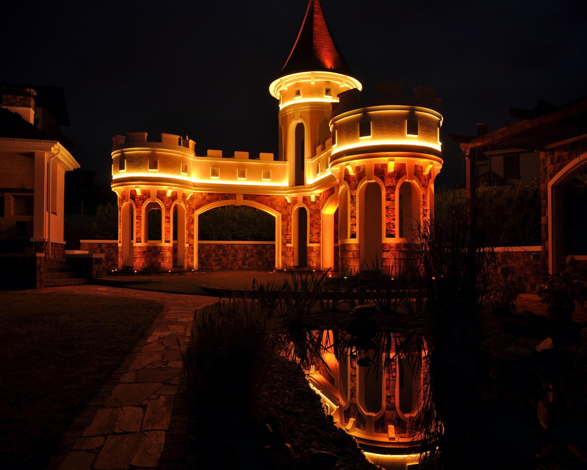 Оранжевое LED освещение загородного дома