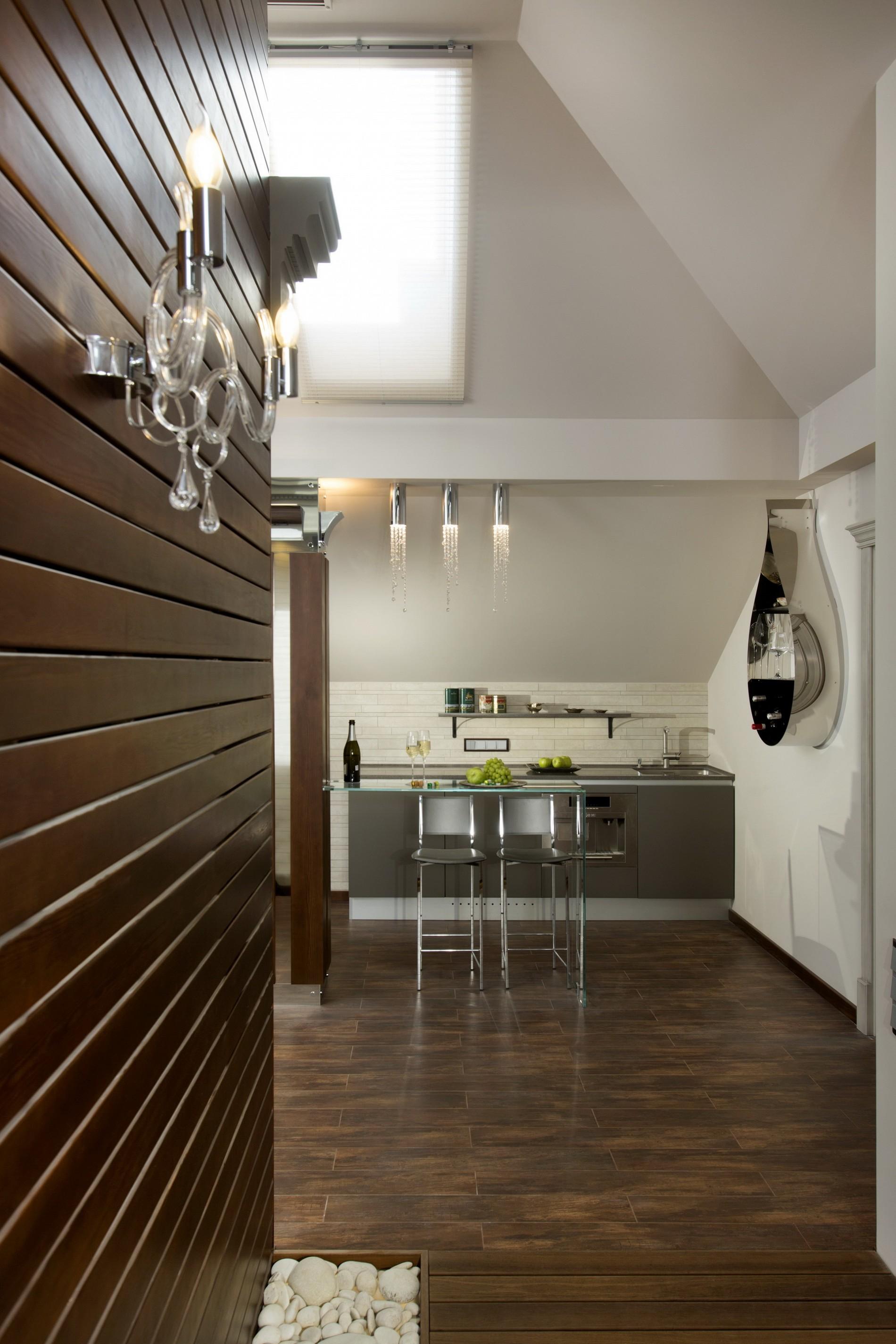 Кухня на мансарде с деревянной отделкой в неоклассике