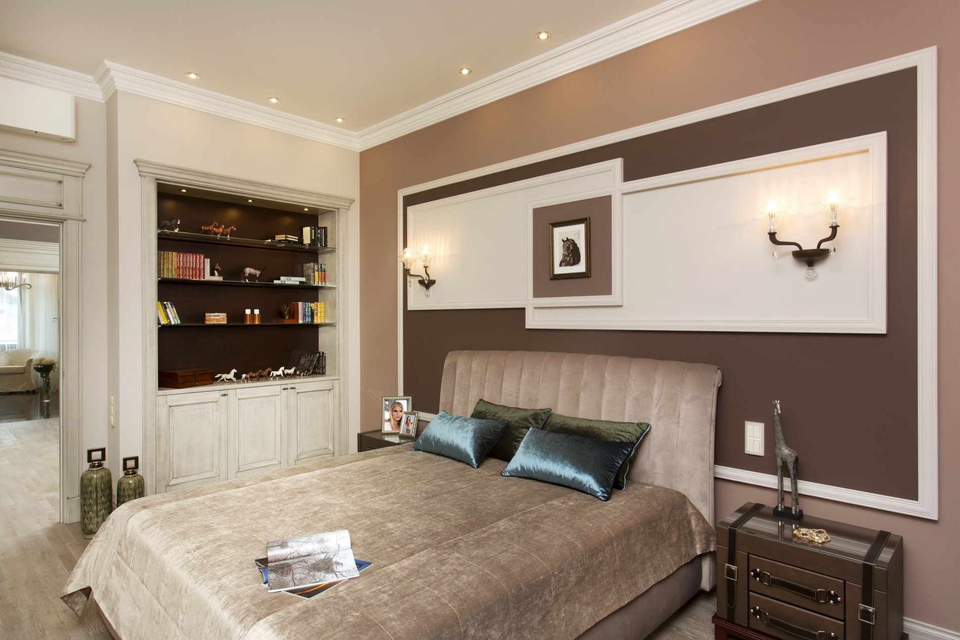 Спальня в коричневых тонах в неоклассическом стиле