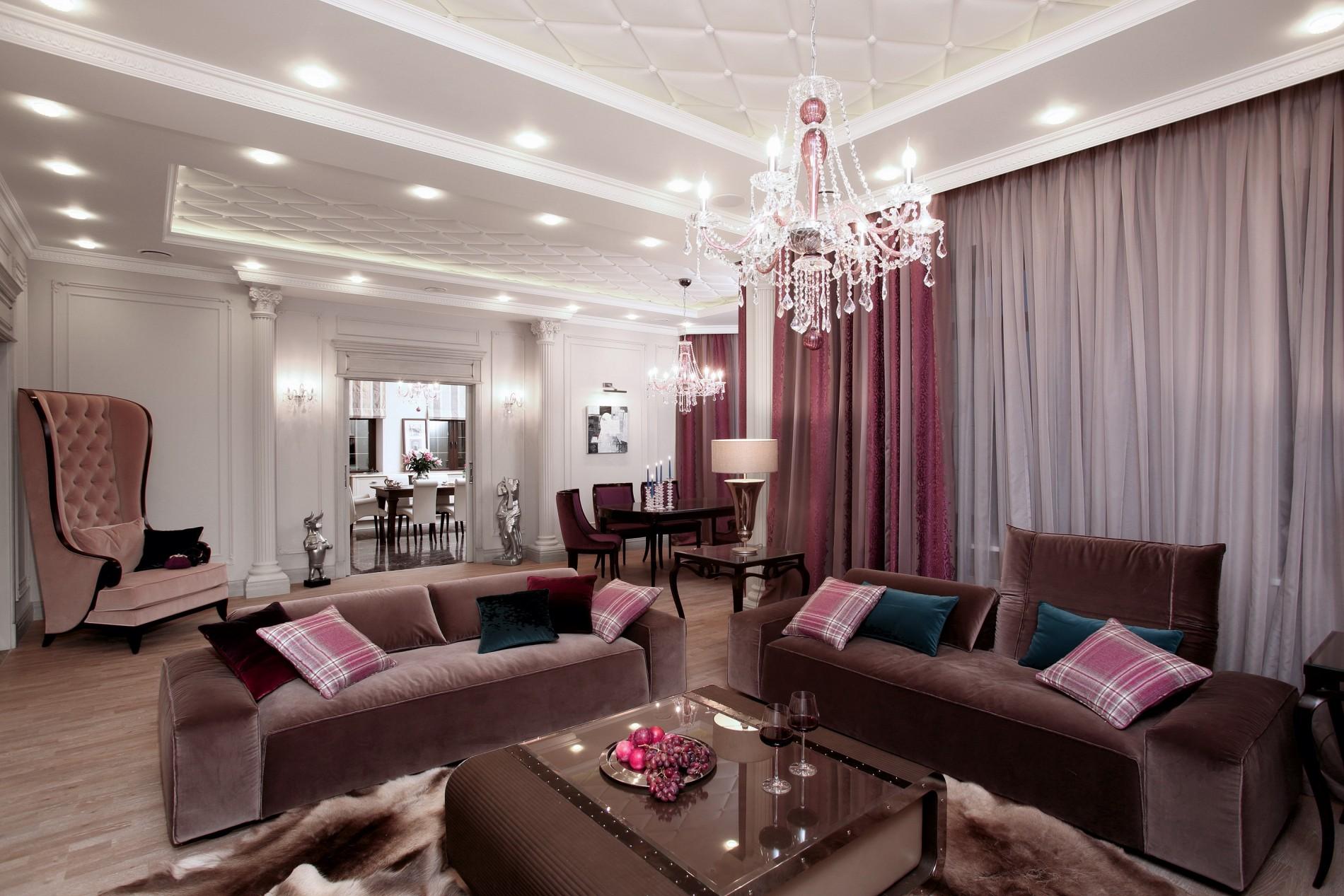 Фиолетовая гостиная загородного дома в неоклассике