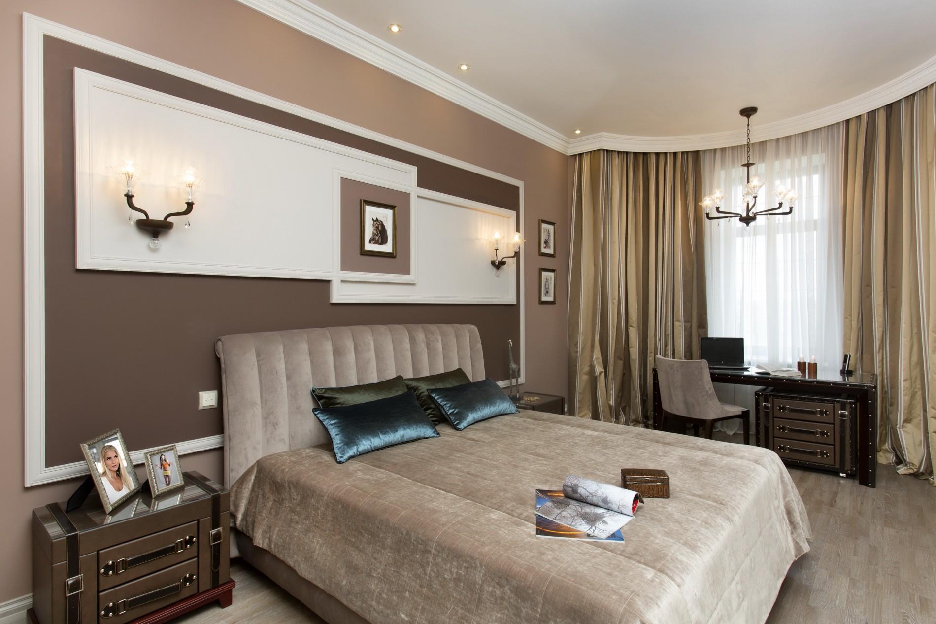 Коричневая спальня в доме в неоклассике