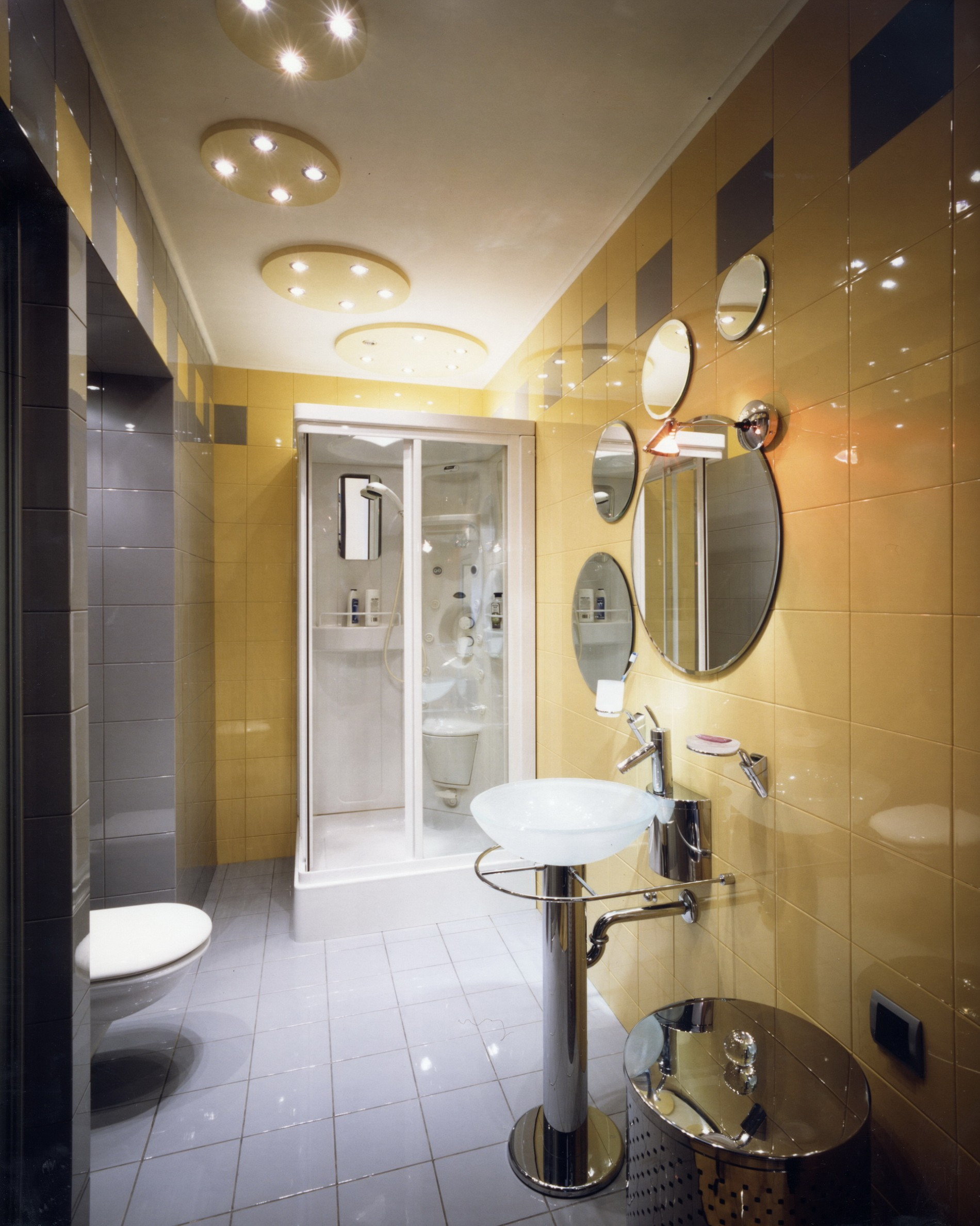 Ванная с круглыми зеркалами в современном стиле