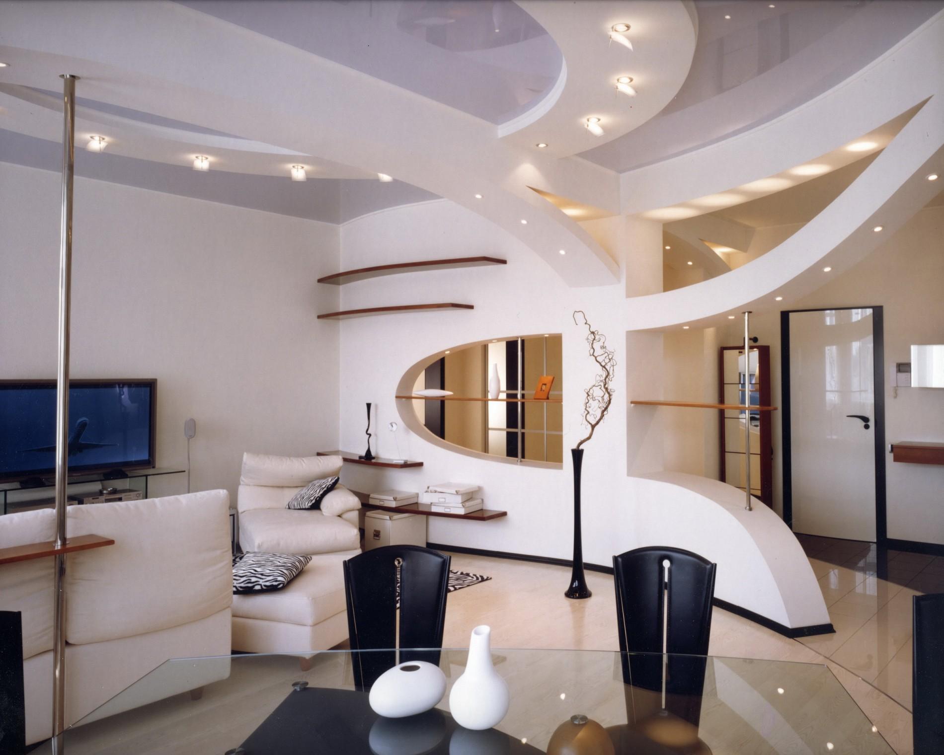 Дизайн гостиной в современном стиле с натяжным потолком