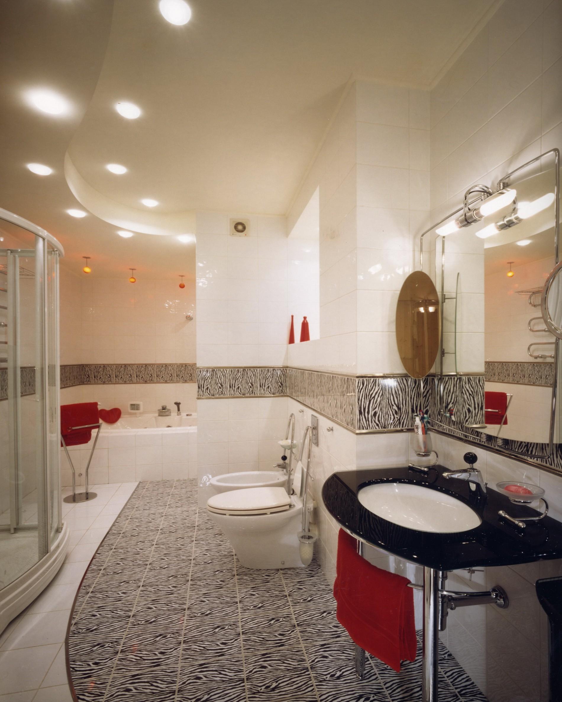 Дизайн ванны в современном стиле с красными акцентами