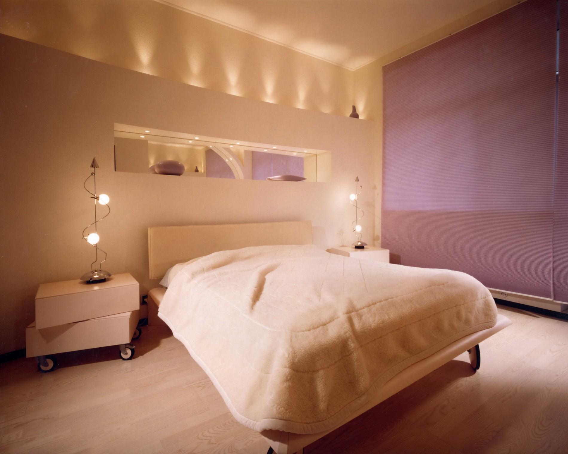 Дизайн спальни в современном стиле с фиолетовой стеной