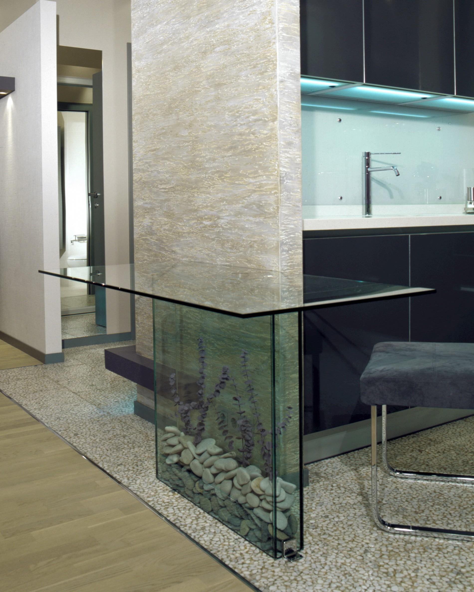 Стеклянная барная стойка в интерьере кухни
