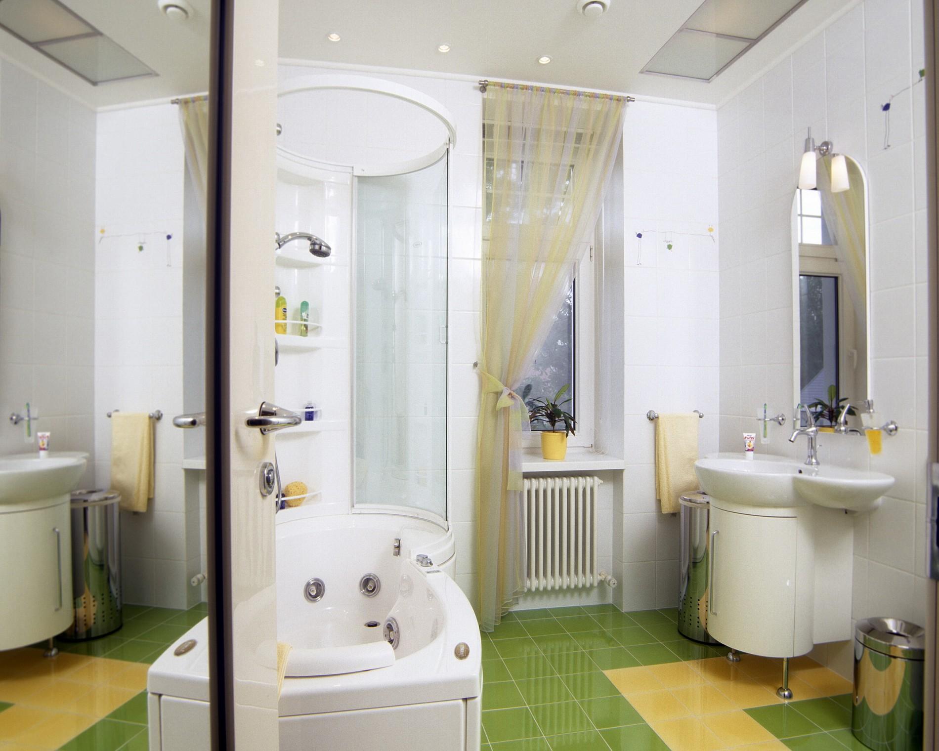 Ванная комната с зеленой плиткой