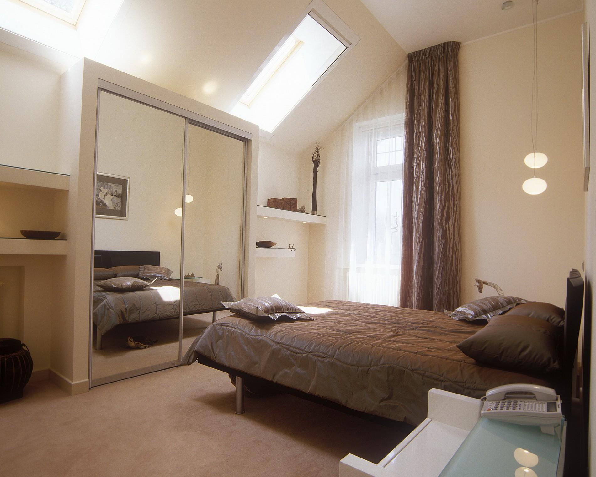 Спальня  с окном в крыше от лучших дизайнеров