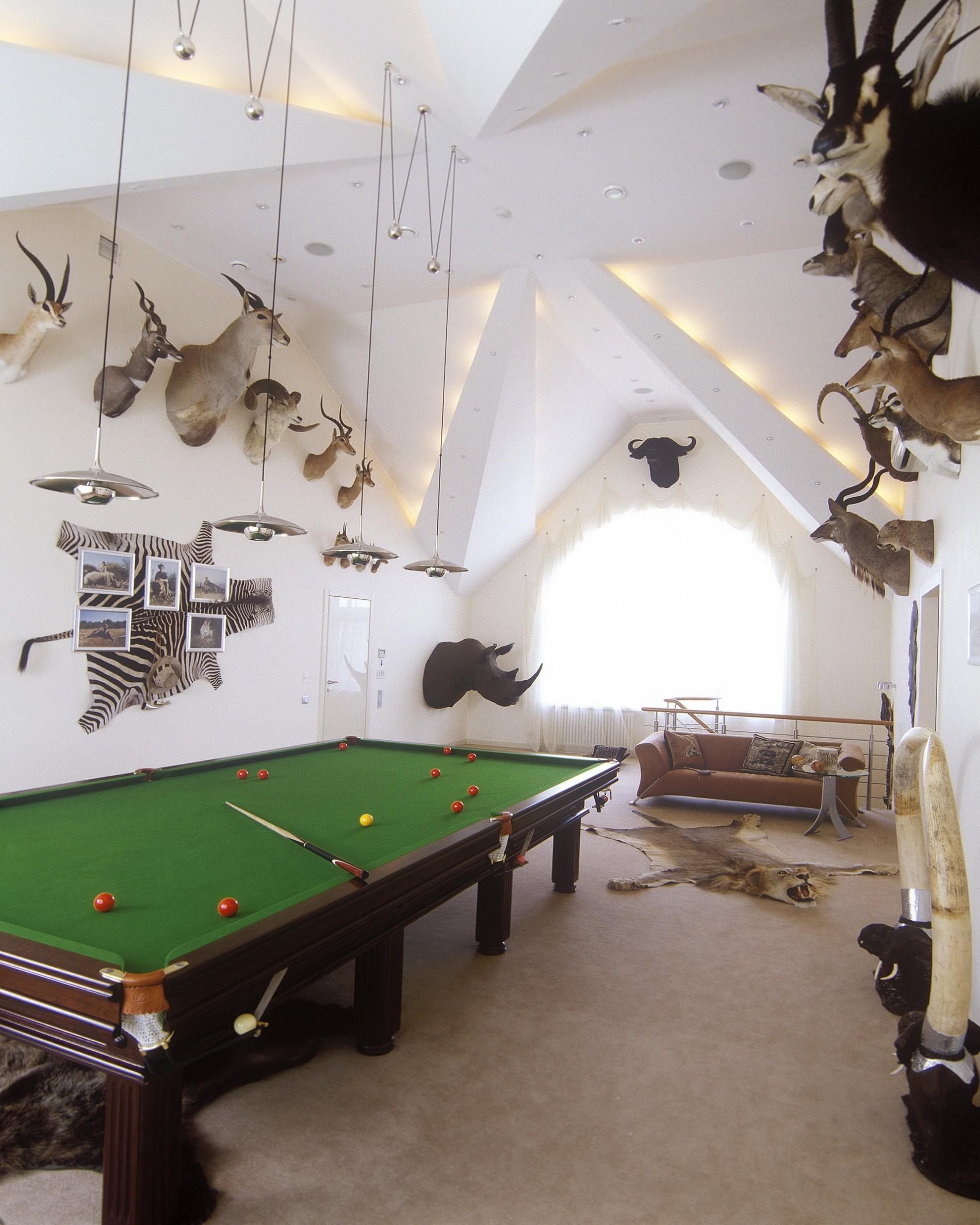 Бильярдная комната в доме с  головами животних
