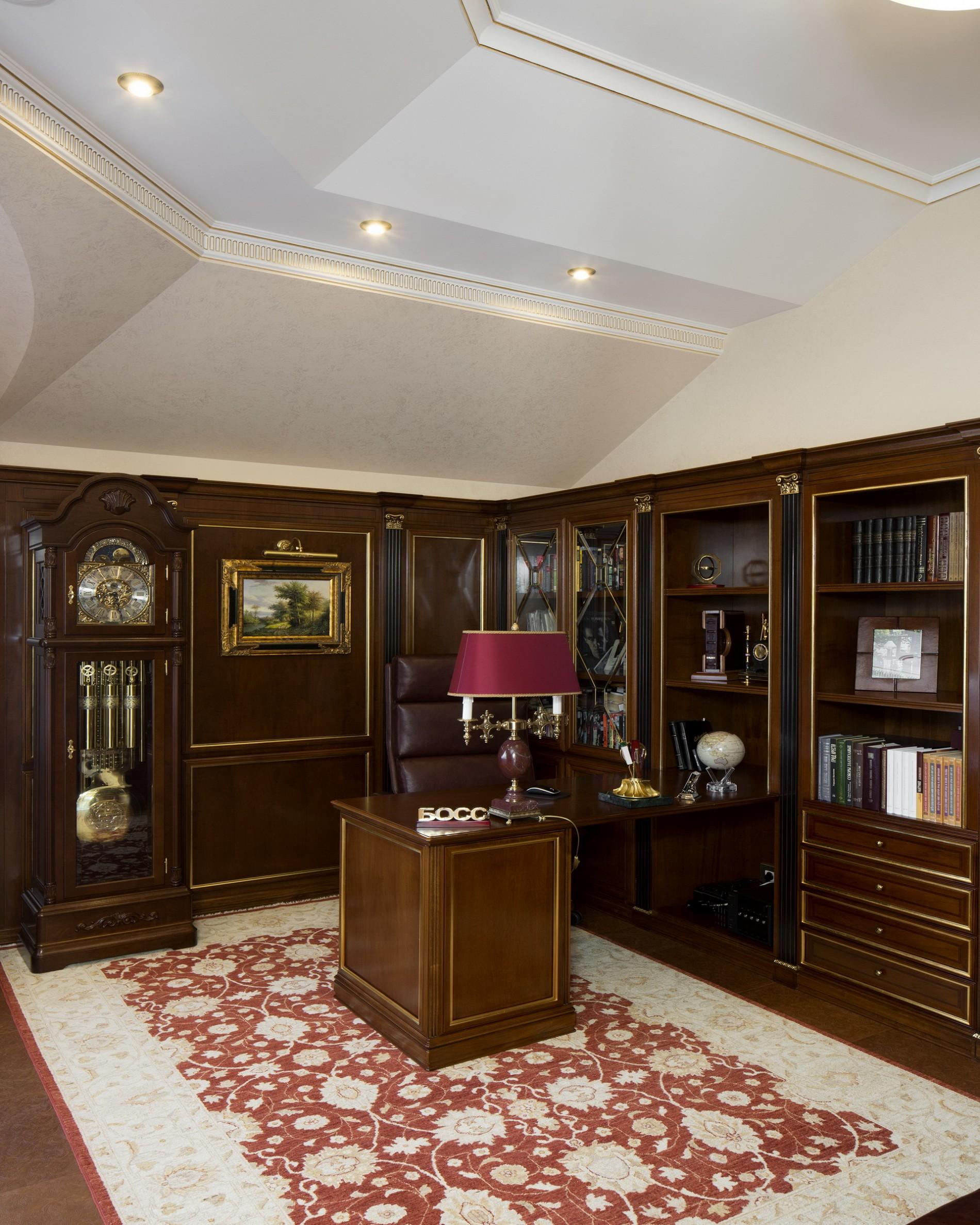 Интерьер кабинета загородного дома в классическом стиле