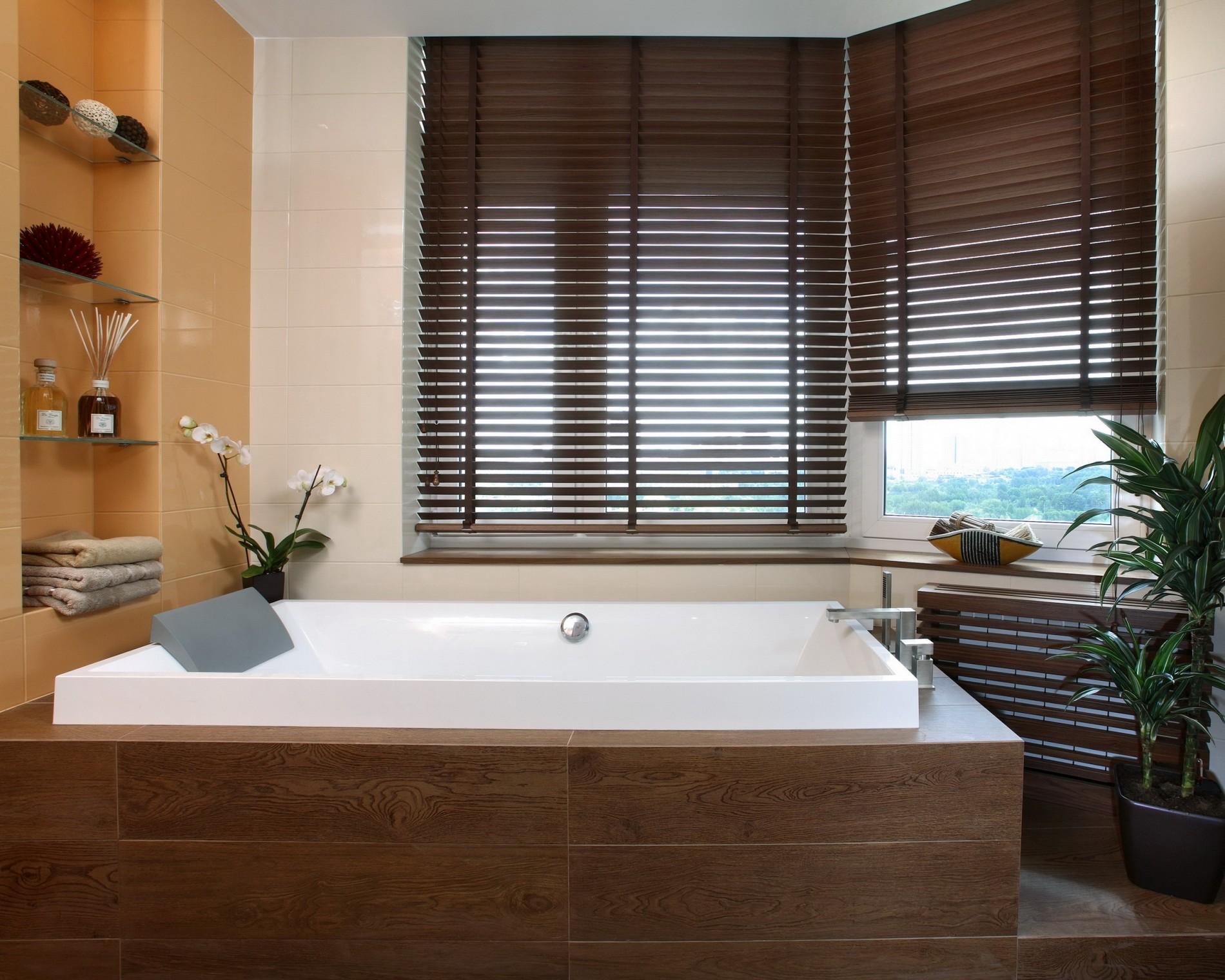 Современная ванная с окном