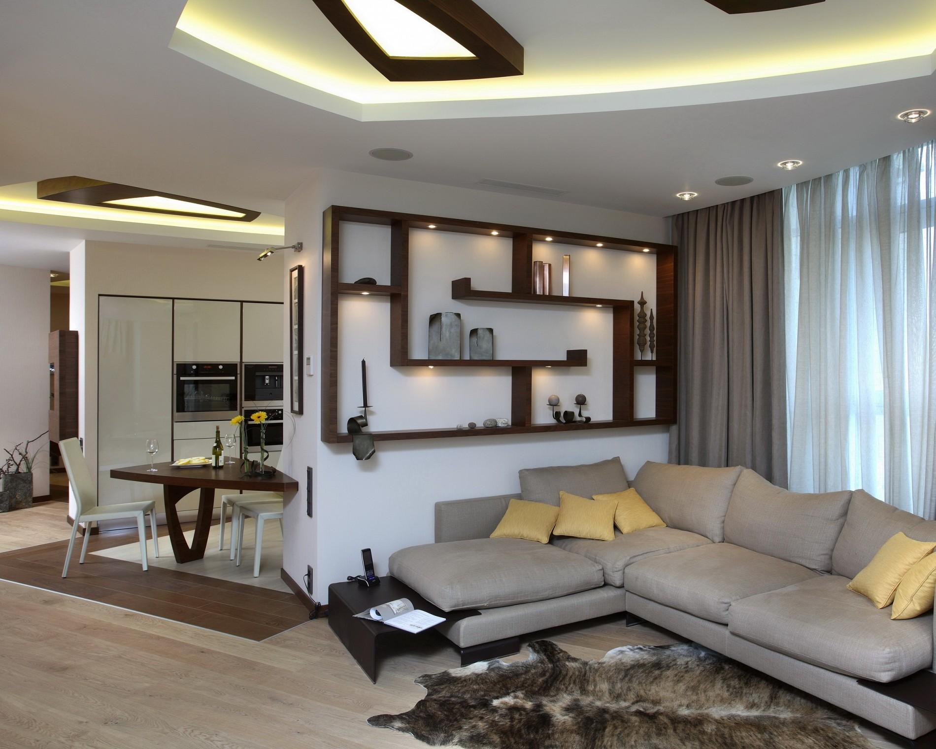 Современный интерьер гостиной с серым диваном от дизайнера