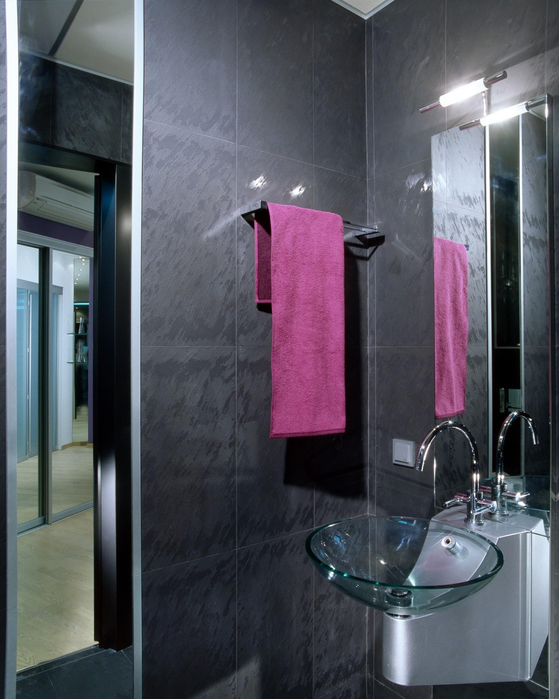 Прозрачная раковина в интерьере ванной