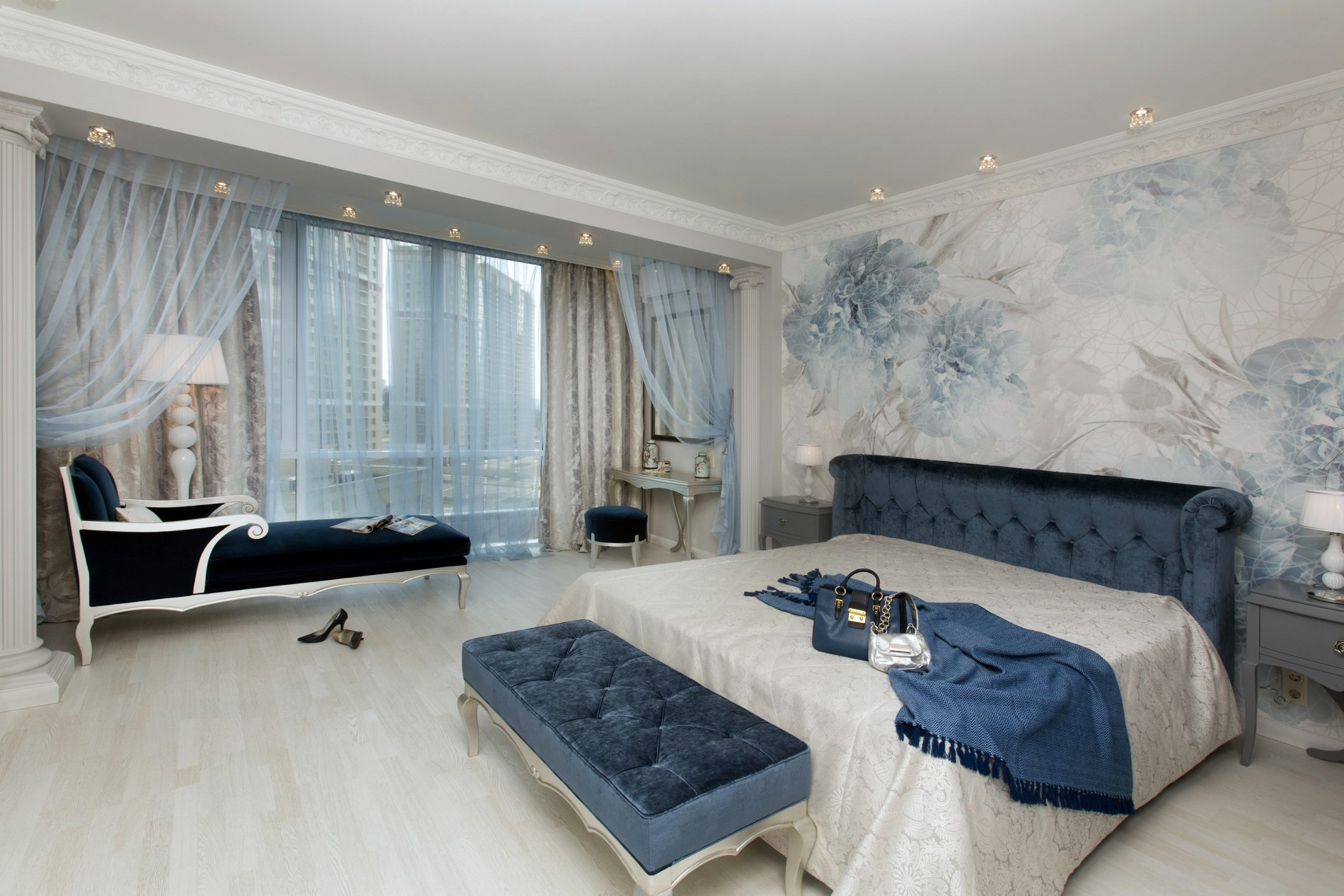 Спальня в голубых тонах с совмещенным балконом