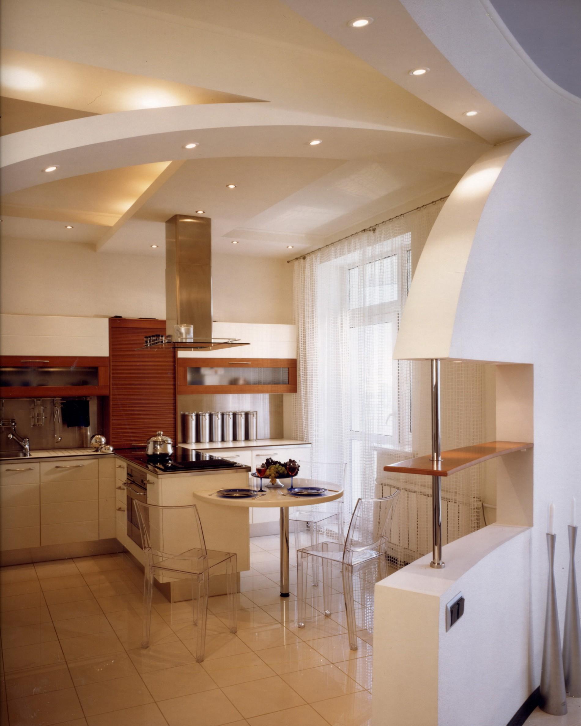 Реальный дизайн кухни в современном стиле с прозрачными стульями