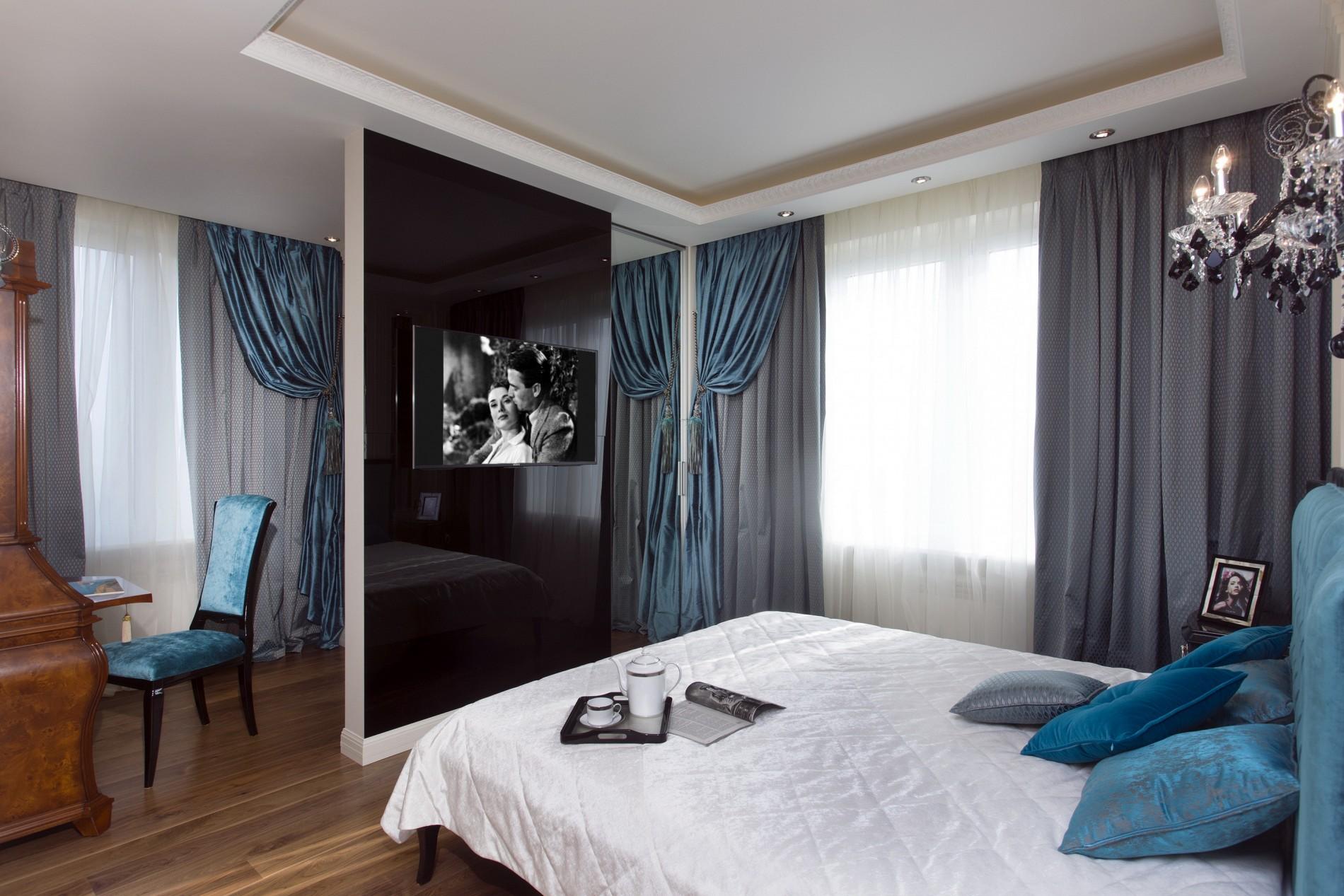 Телевизор на черном стекле в классической спальне