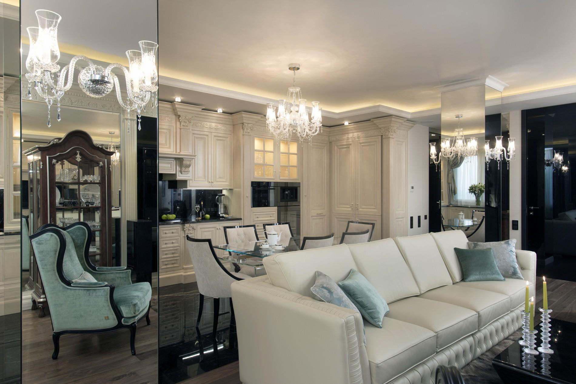 Фото элитного интерьера гостиной с зеркальными колоннами