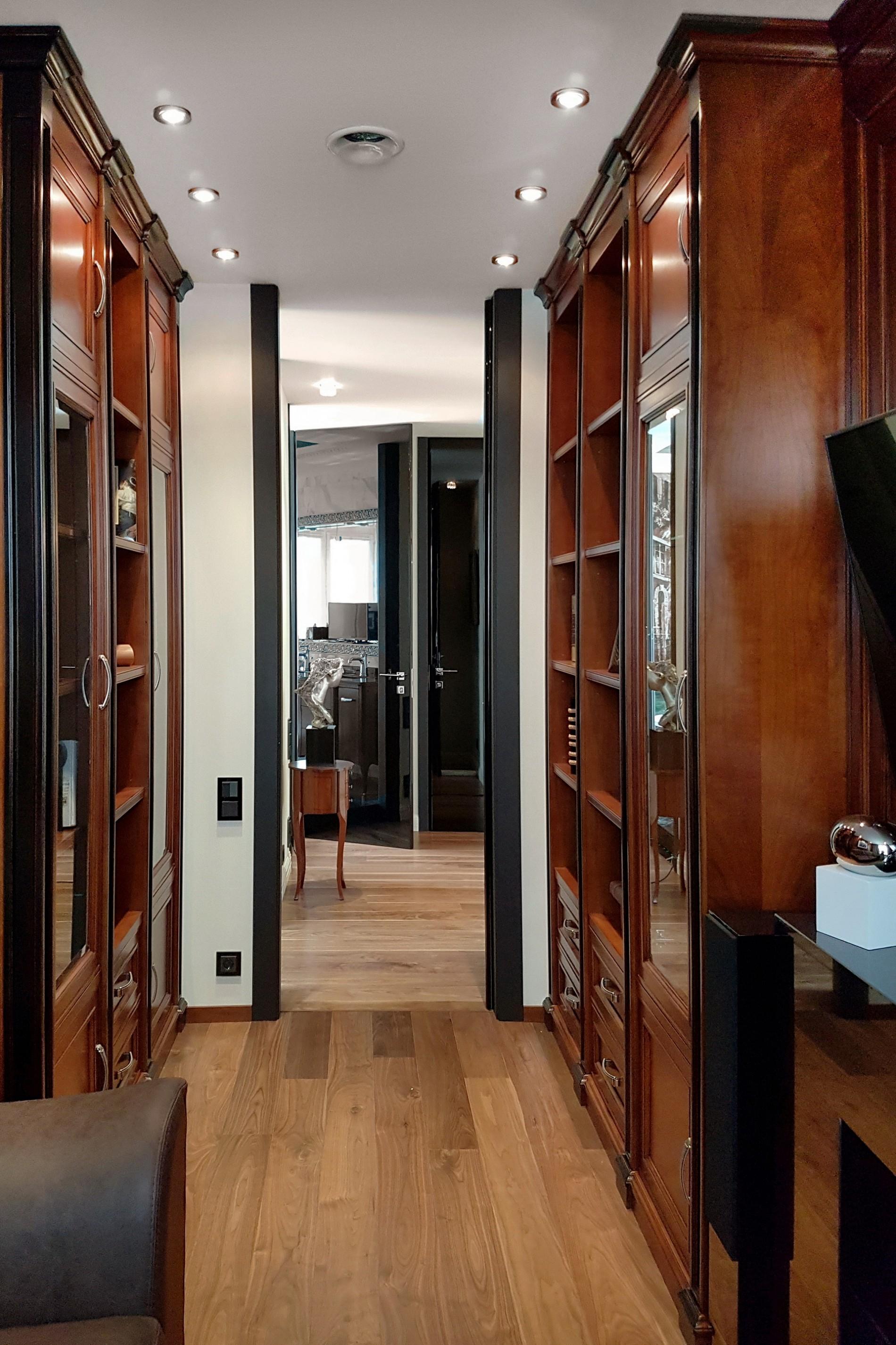Двери до потолка в реальном интерьере кабинета