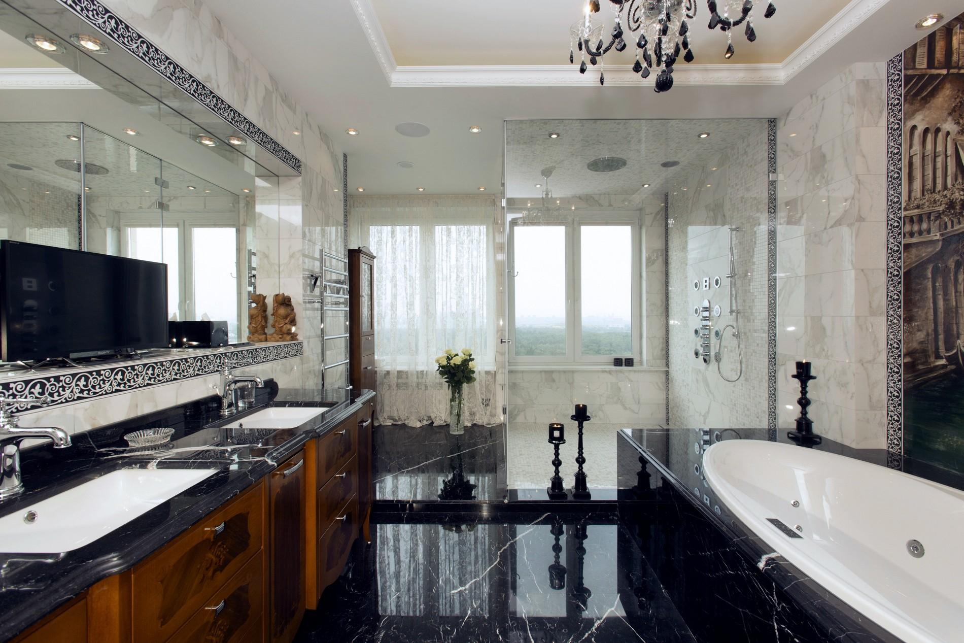 Ванная с окном и огромной душевой кабиной
