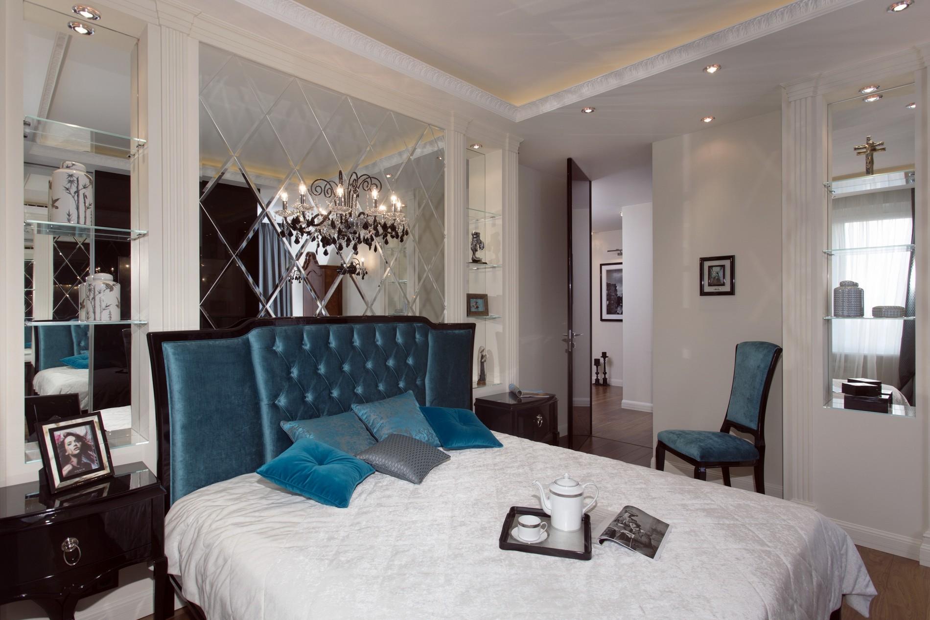 Спальня с яркой кроватью и зеркальным панно в неоклассике