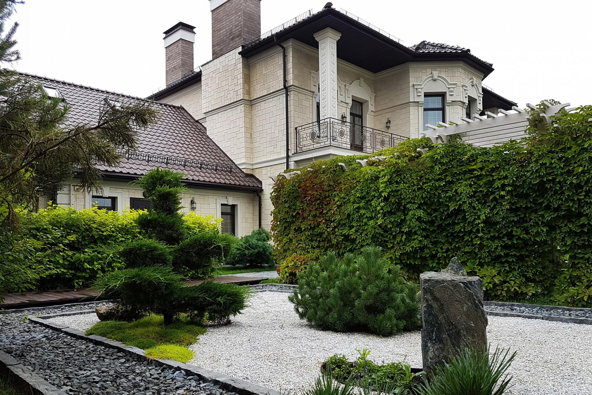 Японский сад камней в ландшафте загородного дома  в поселке Миллениум Парк