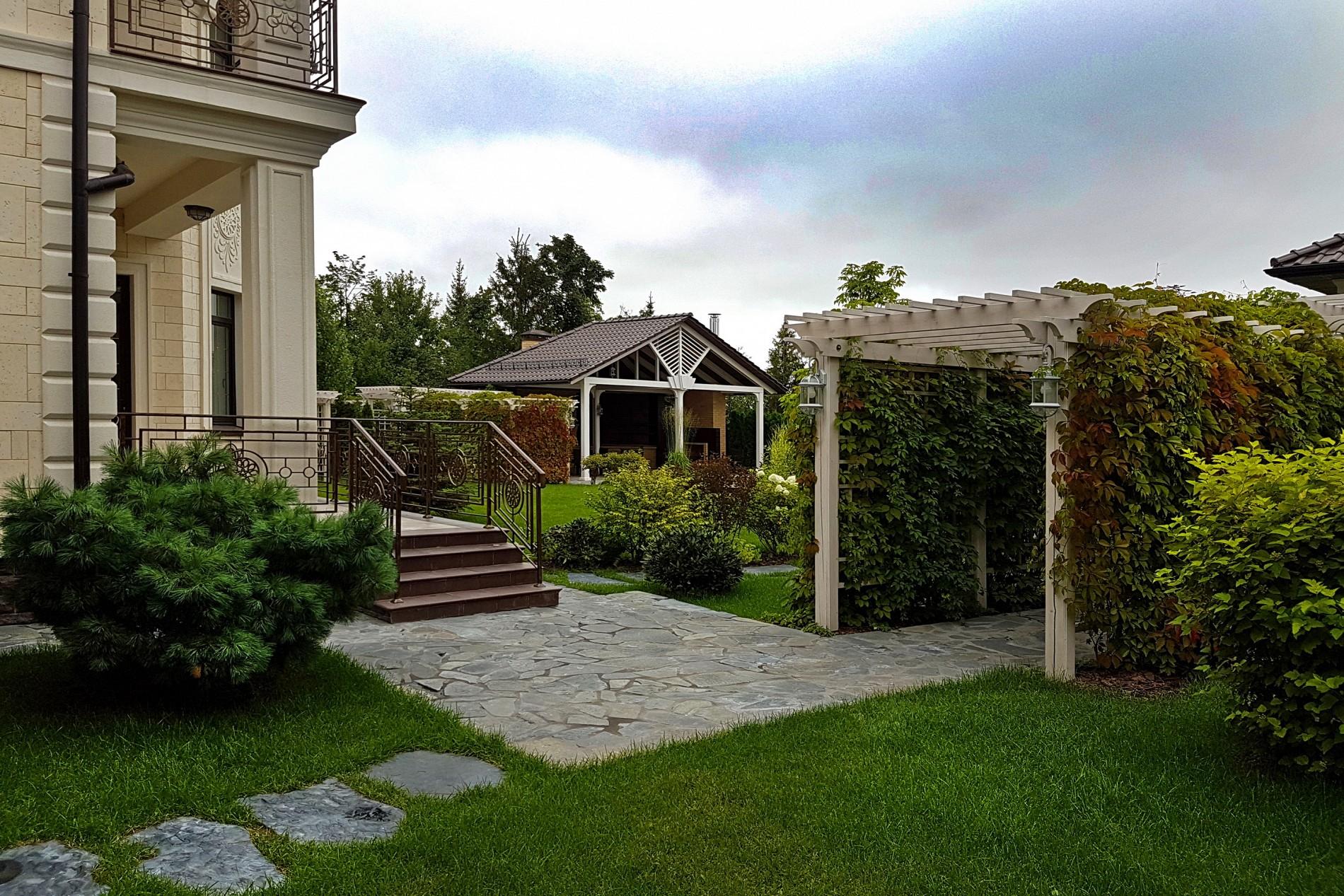 Перголы в ландшафтном дизайне загородного дома в поселке Миллениум Парк