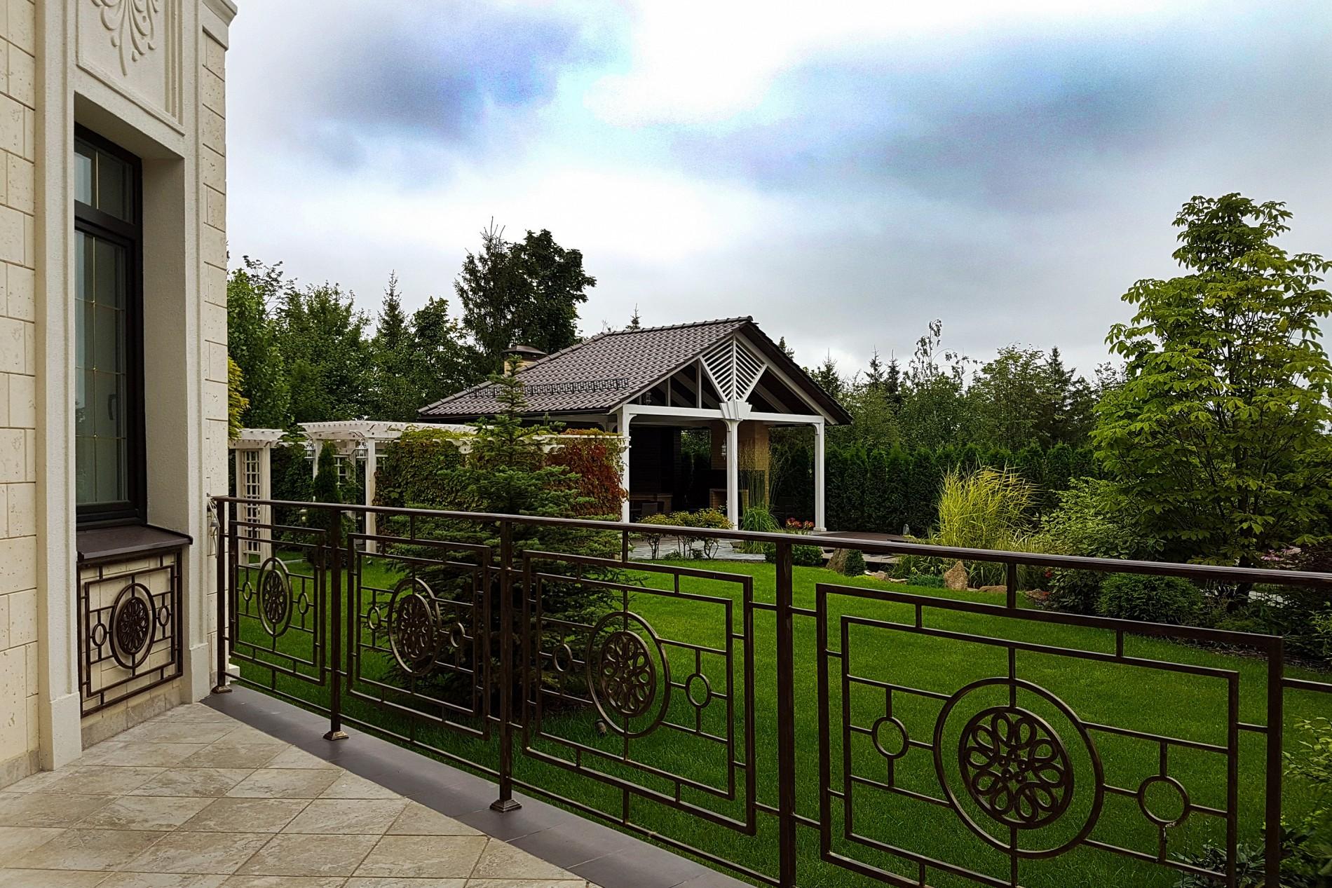 Кованные перила загородного дома в поселке Миллениум Парк