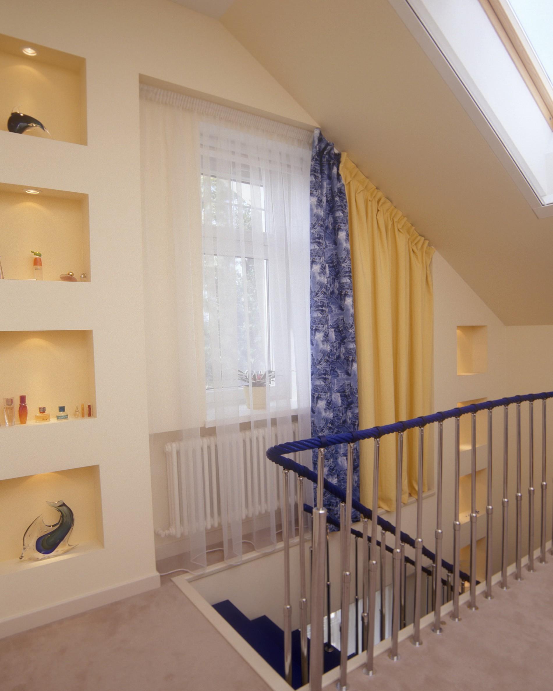 Синяя лестница  загородном доме в современном стиле