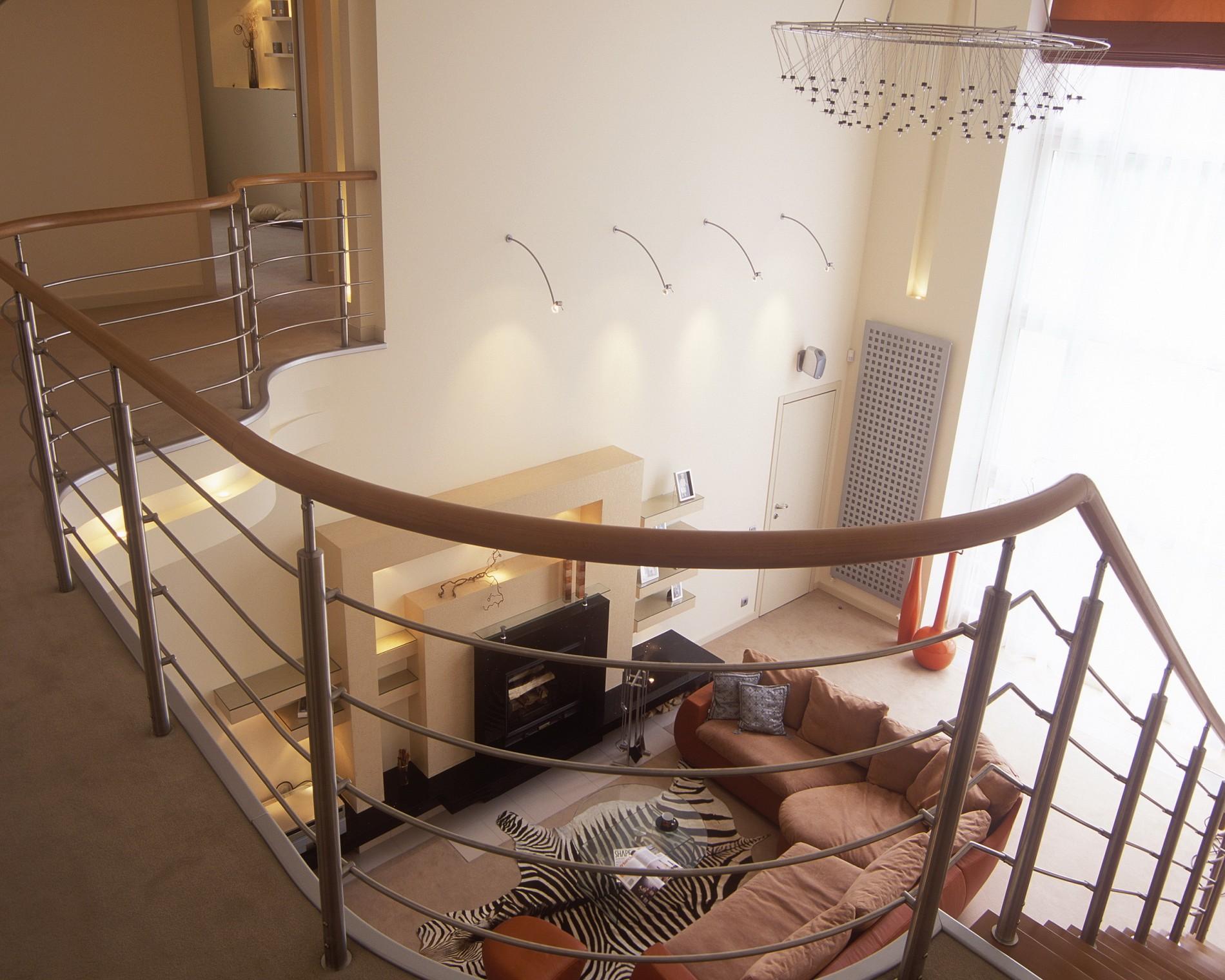 Современный интерьер загородного дома с лестницей