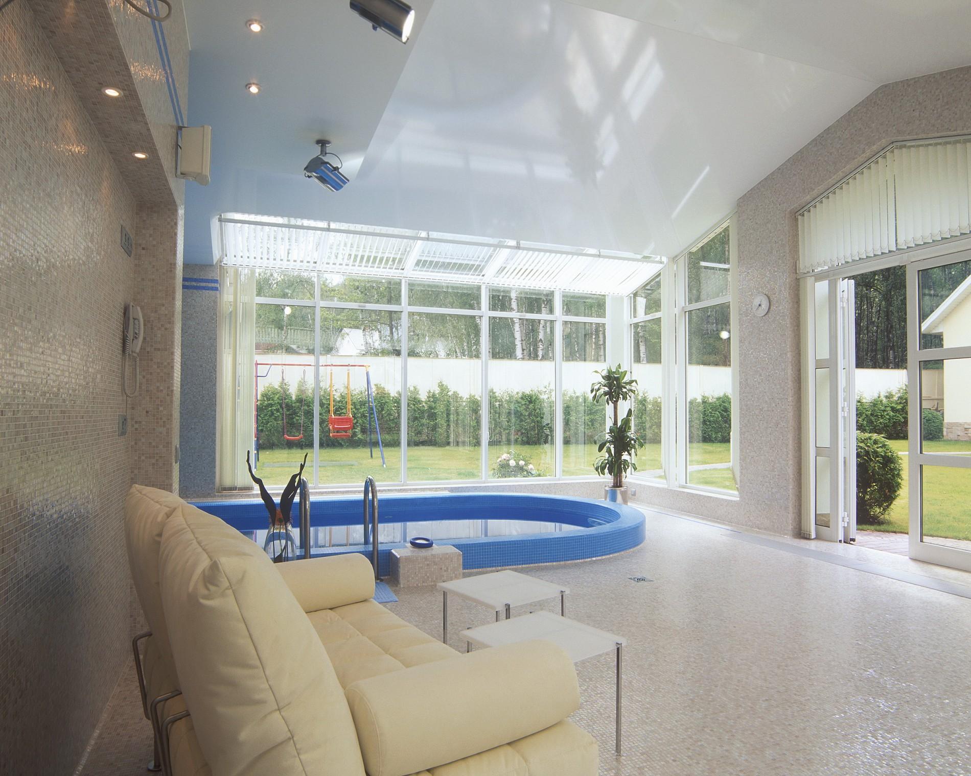 Бассейн с панорамным остеклением. Загородный дом