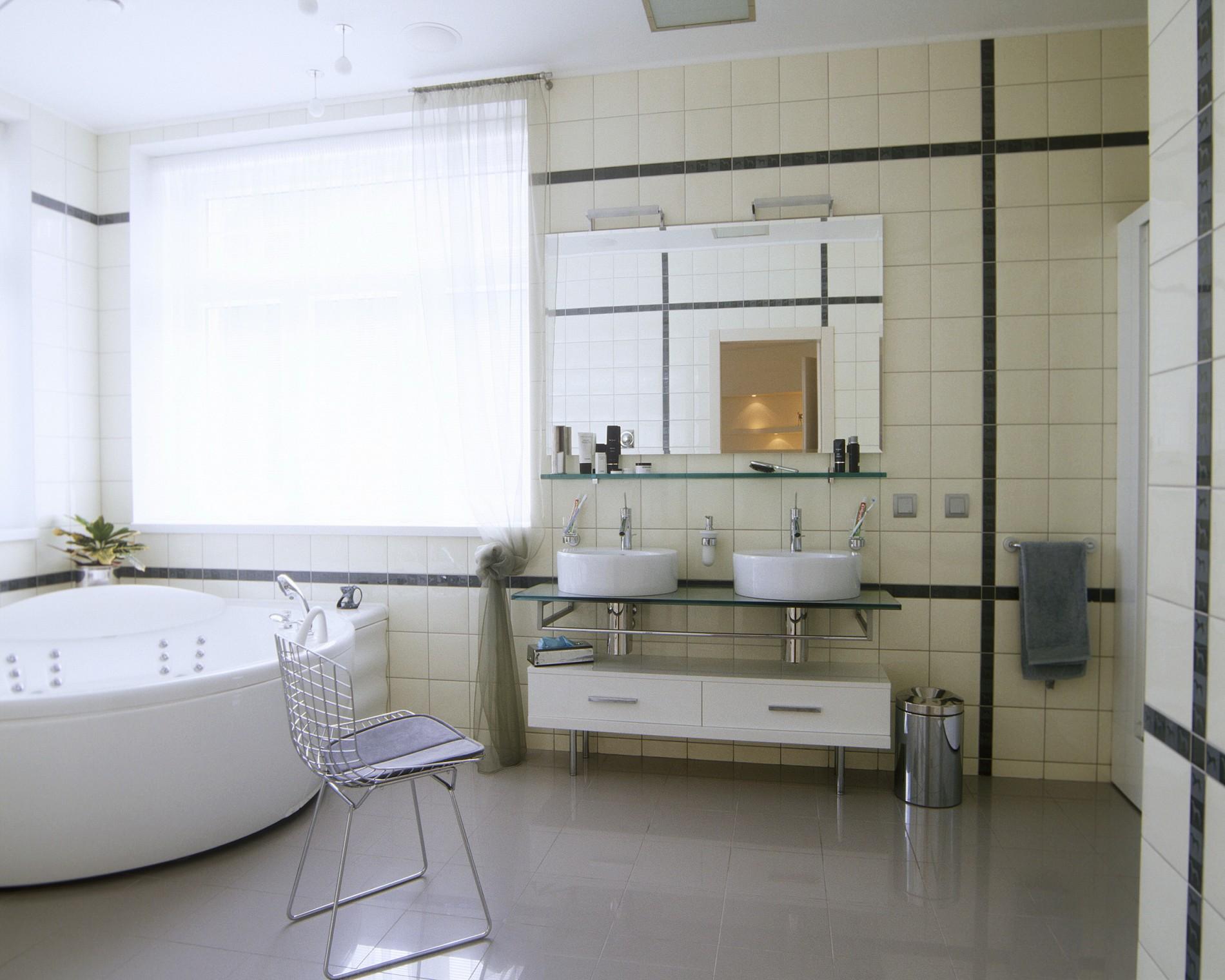 Ванная в современном стиле с двумя раковинами
