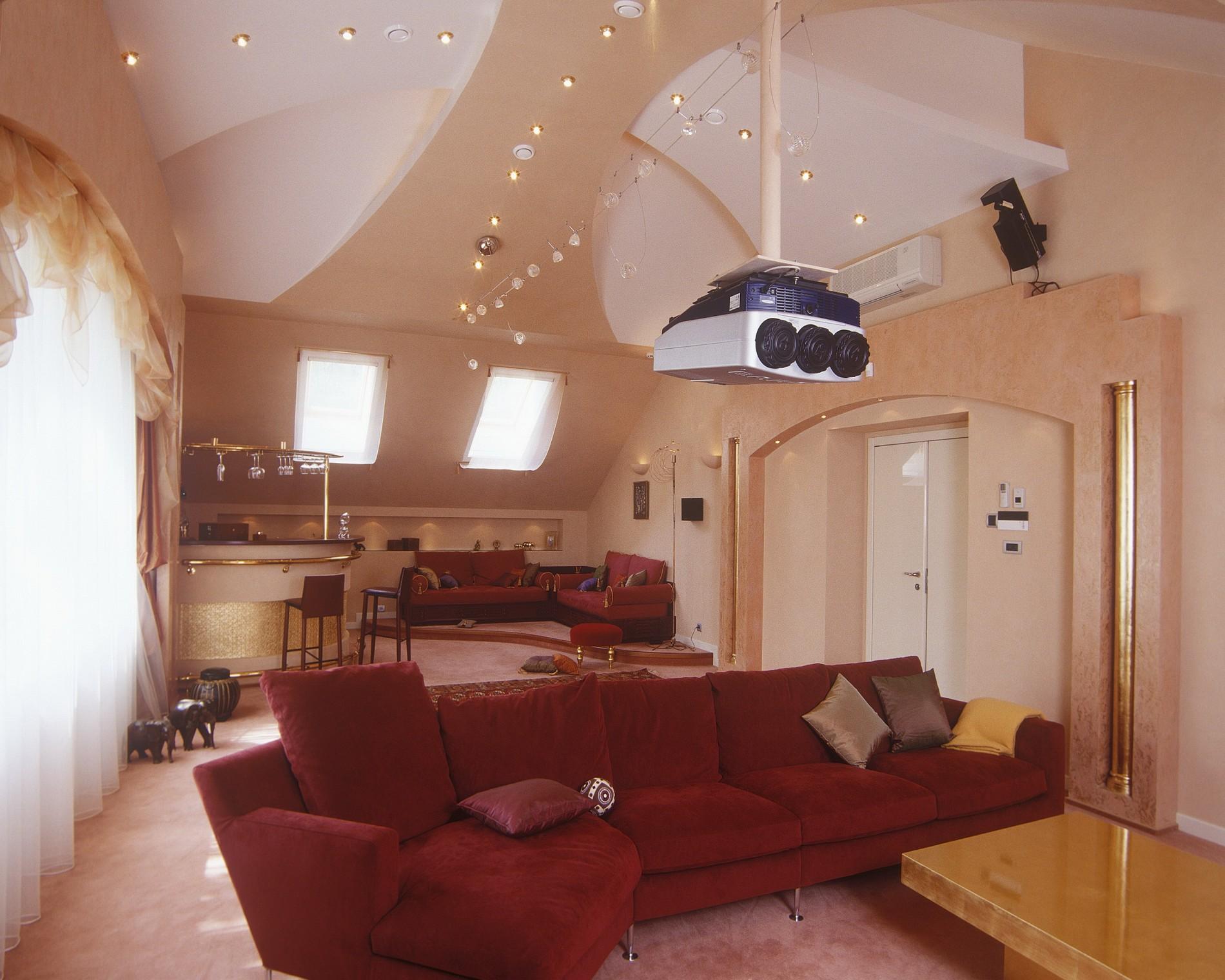 Домашний кинотеатр в загородном доме с диваном