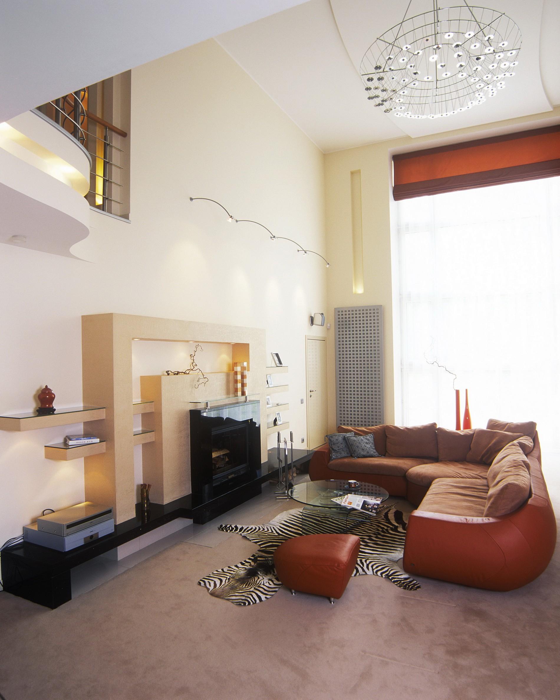 Современная гостиная загородного дома двойной свет