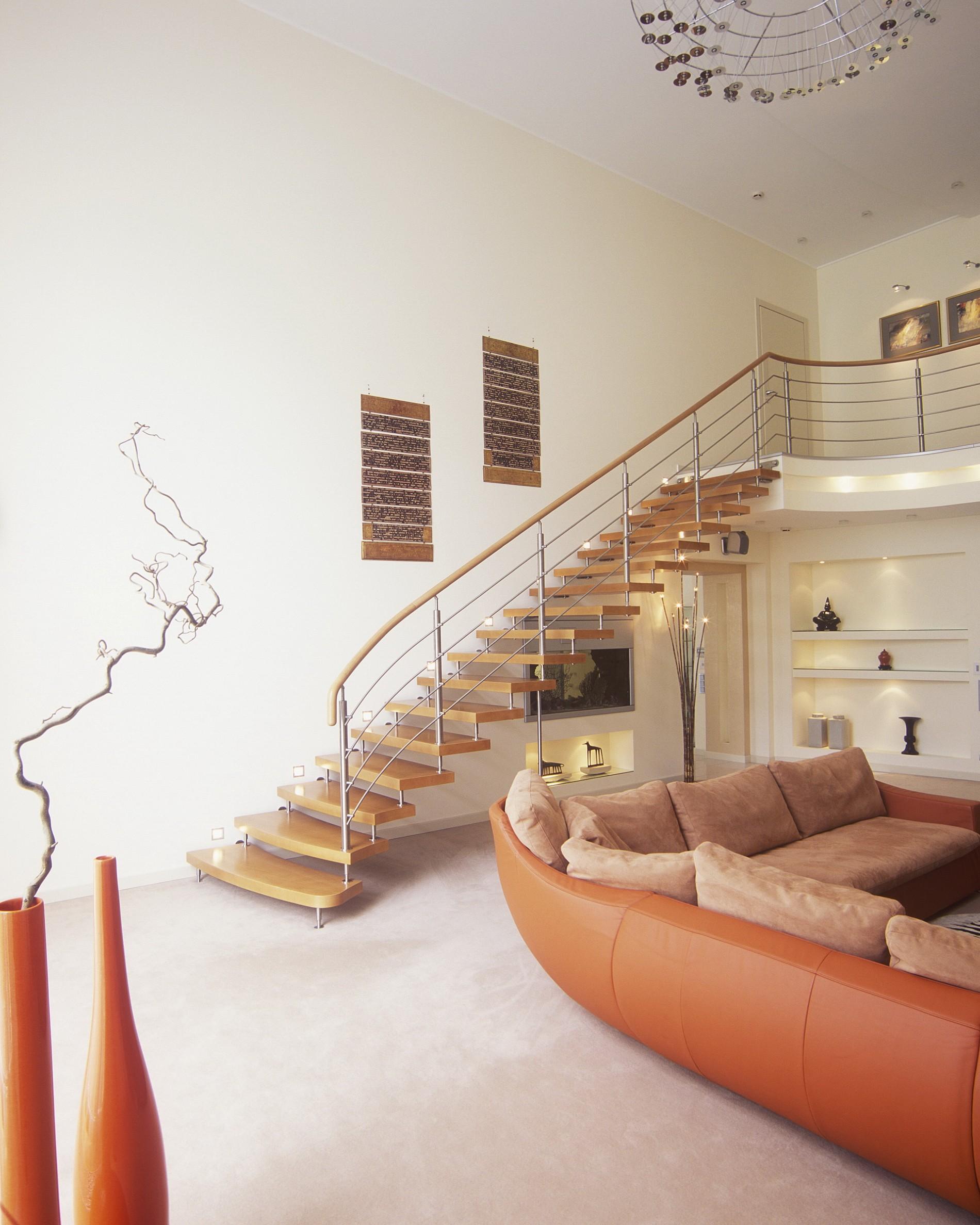 Деревянная лестница загородного дома в современном стиле