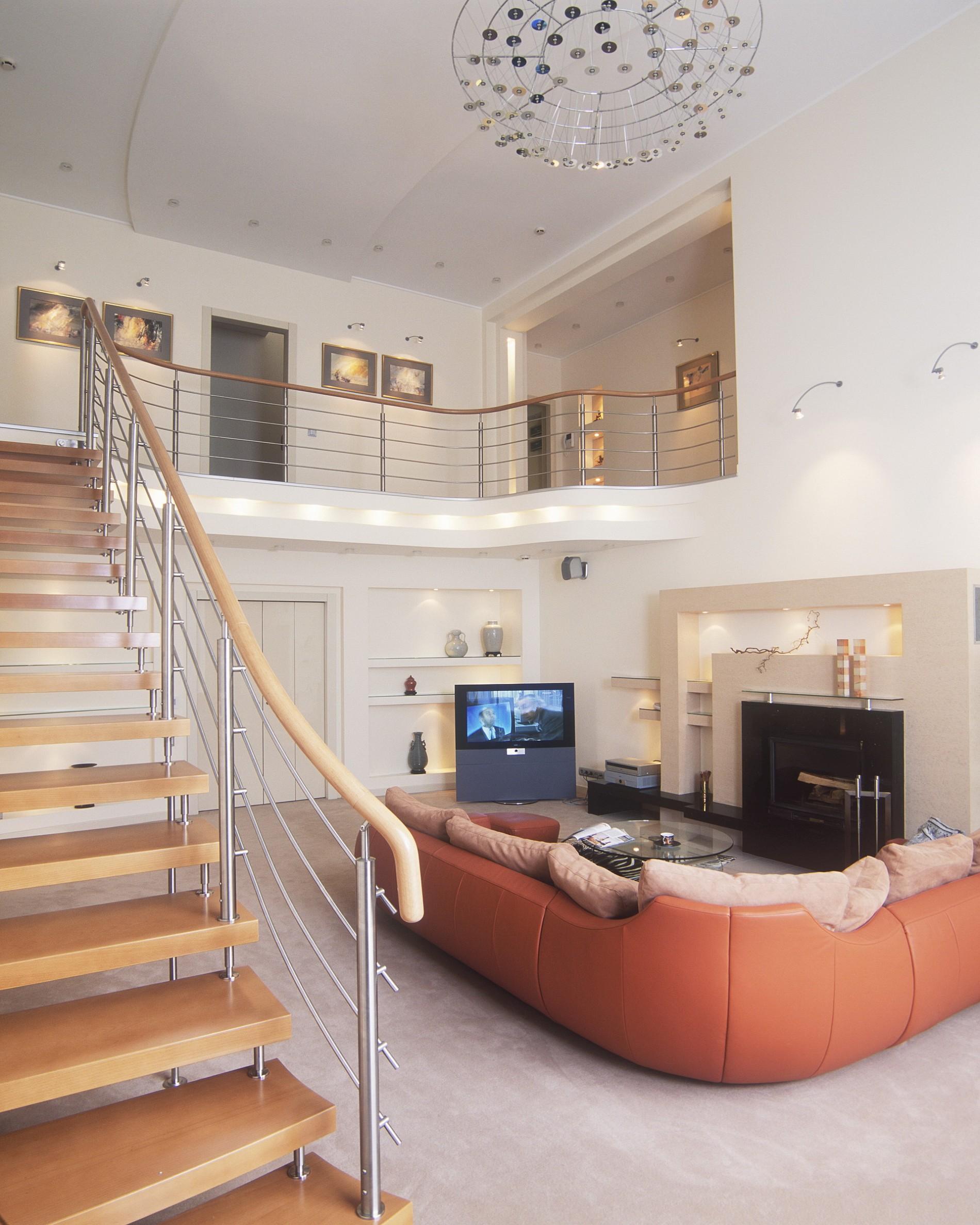 Интерьер загородного дома в современном стиле с угловым диваном