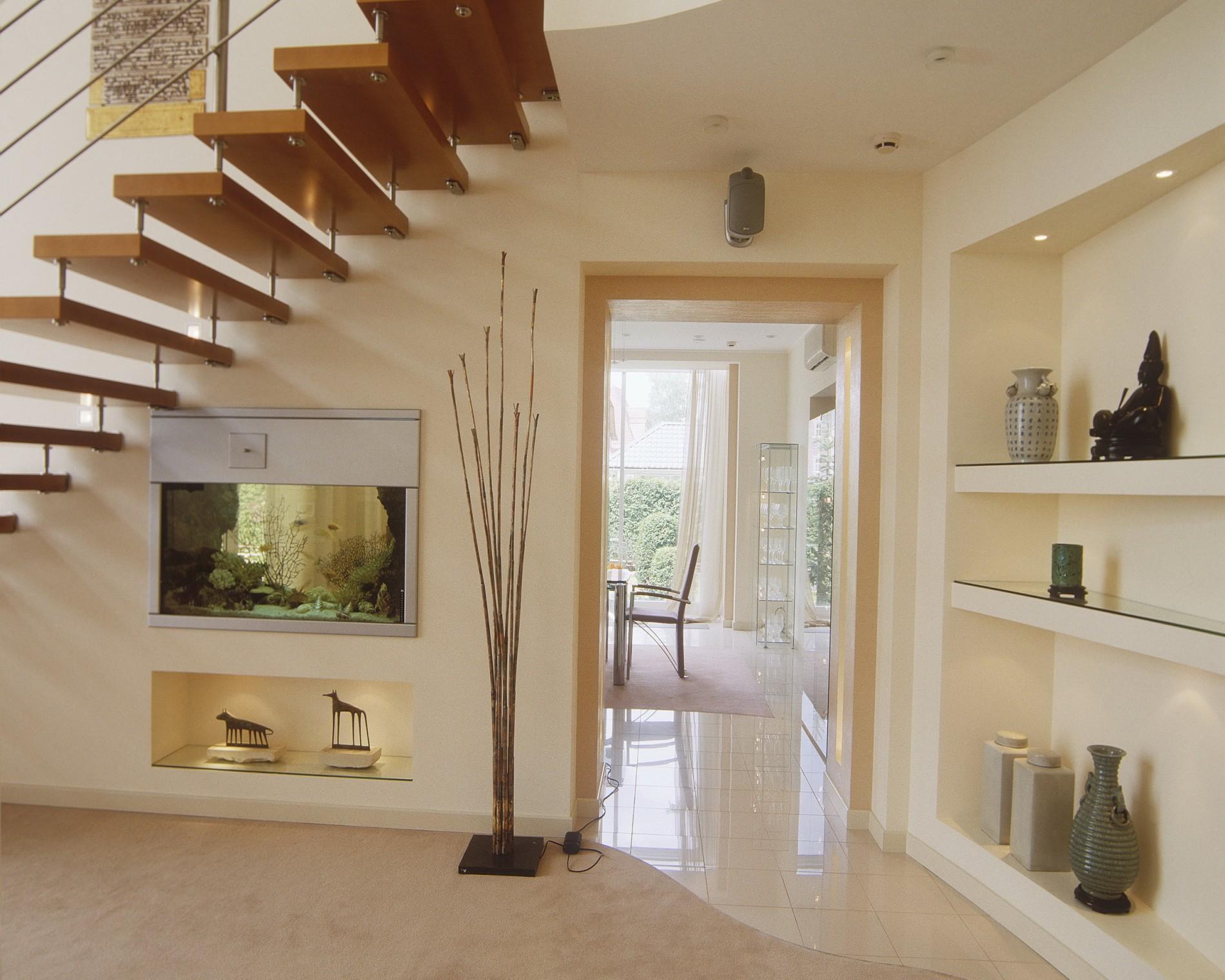 Современный интерьер с аквариумом в стене в загородном доме