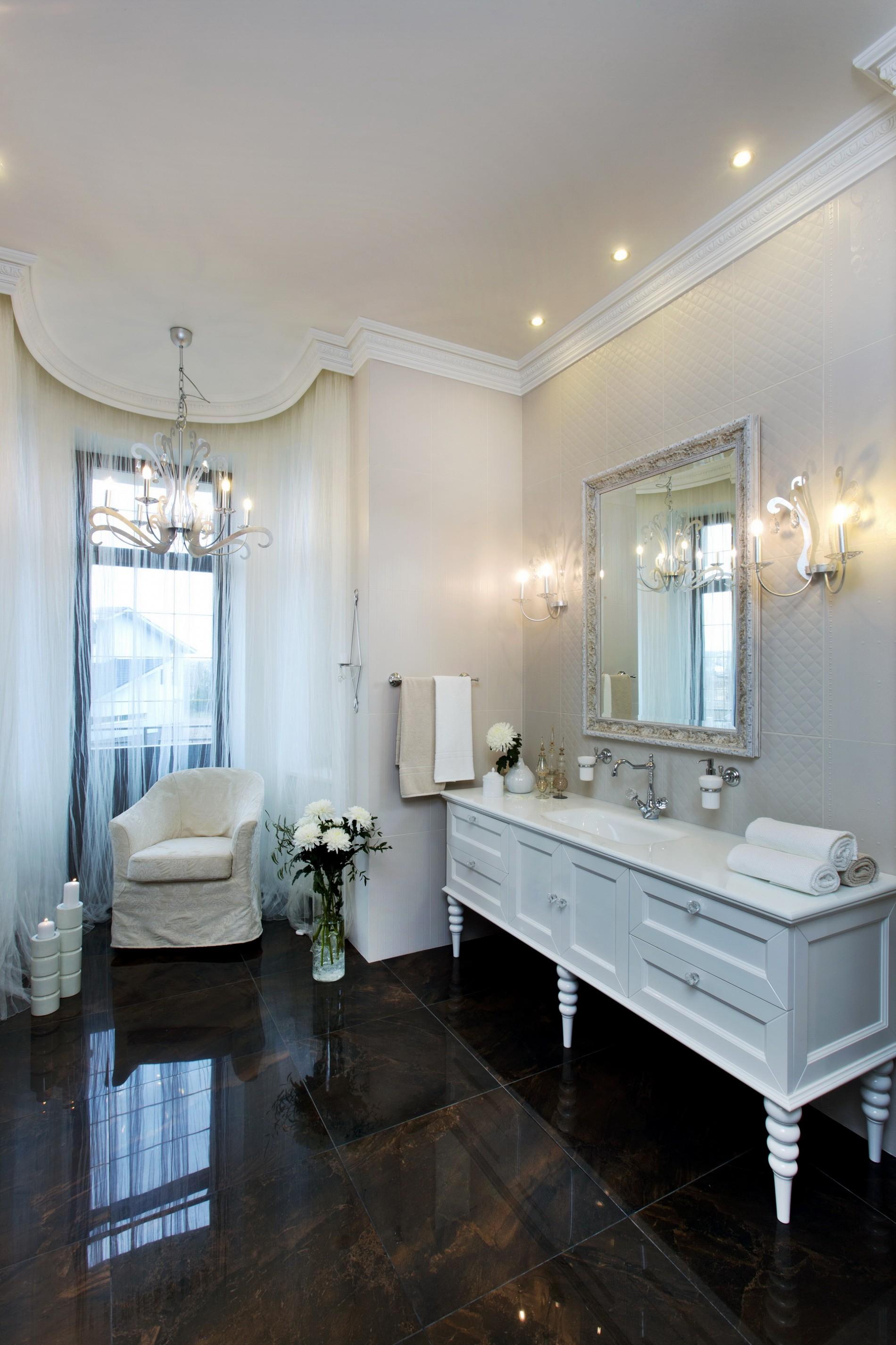 Светлая ванная комната в классическом стиле