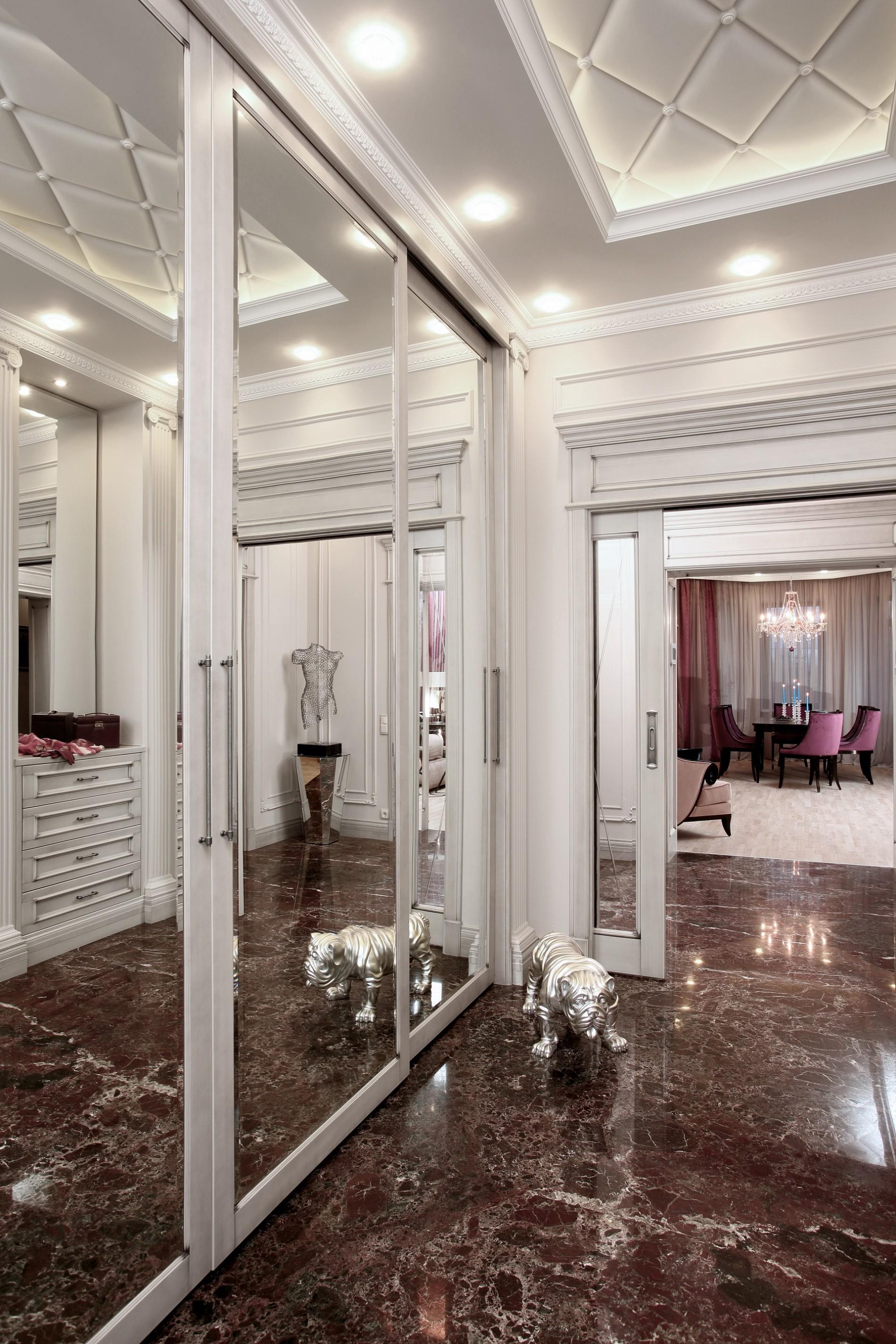 Зеркальные двери в прихожей загородного дома по Новорижскому шоссе
